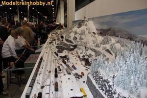 een met sneeuw bedekte modeltreinbaan
