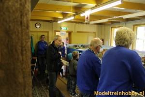 Leden en belangstellenden kijken naar de modulebaan