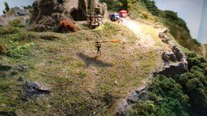 miniatuur delta vlieger springt van een heuvel